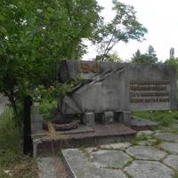 стелла у кладбища