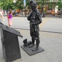 """Скульптура """"Крестьянин и Закон"""""""