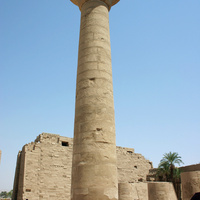 Высокая колонна сделанная в форме папируса