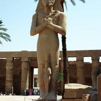 Колоссальная фигура фараона и царицы (принцессы)