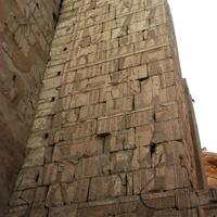 Стена с рисунками и ероглифами