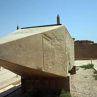Верхняя часть разбитого обелиска царицы Хатшепсут