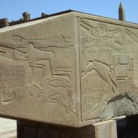 Бог Амон-Ра возлагает корону на голову Хатшепсут