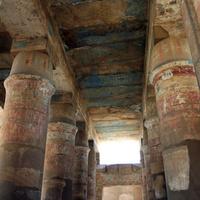 Сохранившаяся цветная роспись колонн
