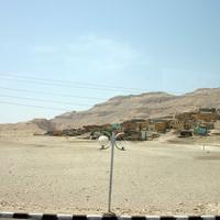 Город мёртвых и современные постройки