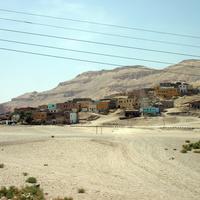 Дома современной деревни стоят непосредственно на древних гродницах