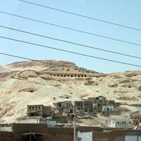 Пограничная зона между орашаемой землёй и пустыней на восточном побережье. Гробницы, современные дома