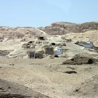 Гробницы и современные дома