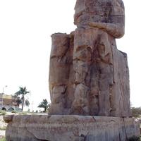 Статуя фараона Аменхотепа III у его храма