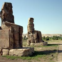 Статуи фараона Аменхотепа III (колоссы Мемнона) у его заупокойного храма