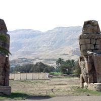 Статуи фараона Аменхотепа III (колоссы Мемнона) со статуями у его ног матери Мутемуя и жены Тие у его заупокойного храма