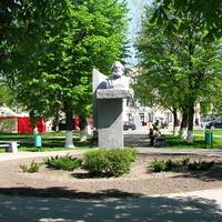 Памятник возле вокзала