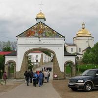 Перед входом на территорию монастыря