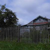 дом с яблоней