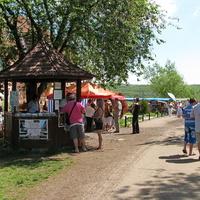 Рынок по продаже сувениров и касса перед входом в заповедник