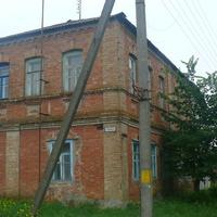 Старый дом в Нижних Деревеньках, во время окупации служил,по рассказам местных жителей, немецкой комендатурой.