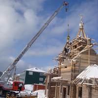 Подъем куполов на строящийся храм.