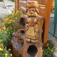 """Полтава. Деревянная скульптура возле гостиницы """"Турист""""."""