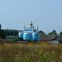 Вид на храм со стороны сельского кладбища