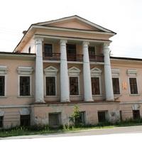 Енисейск. Дом бывшего купца первой гильдии Дементьева (XIX век) и памятник воинам - защитникам Родины.