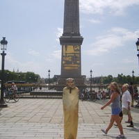 Мим у Египетского обелиска на площади Конкорд