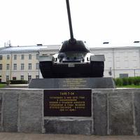 Танк Т-34. Установлен 9 мая 1970 года вознаменовании боевой и трудовой доблести горьковчан в годы Великой Отечественной войны 1941-1945 года.