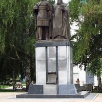 Памятник основателю города святому великому князю Георгию Всеволодовичу и наставнику его наставнику его святителю Симону от нижегородцев.