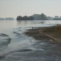 Вид с пляжа на затон
