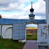 Открытая дверь монастыря