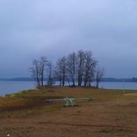 городской пляж осенью.