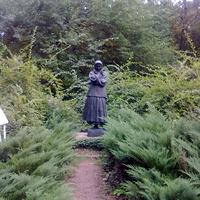 Памятник народной художнице Катерине Белокур возле картинной галереи ее имени