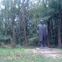 Памятник Ленину, когда-то стоявший на центральной площади. Сейчас - возле картинной галереи