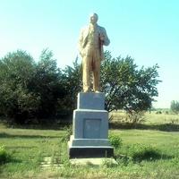 Даже памятник Ленину есть