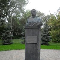г.Оренбург парк <Салют, Победа!> бюст дважды герою Советского Союза А.И.Родимцеву