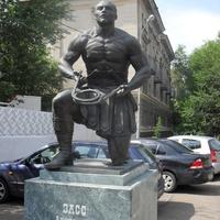 г.Оренбург памятник Александру Зассу возле Оренбургского цирка