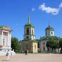 Дворец (слева), Колокольня и Церковь