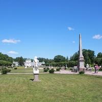 Партер со скульптурами и обелиском