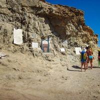В память о погибших в Голубой дыре дайверах на берегу создан мемориал.