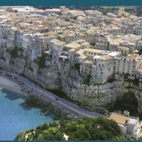 Тропеа расположен на довольно высокой скале, под скалой дорога и море.