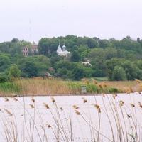 Пастирське,вдалині видніється церква.