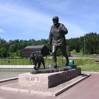 Памятник королю Олафу V и его верному пуделю компаньону