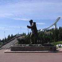 Памятник королю Олафу V, другой ракурс