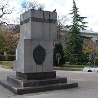 Памятник возродившим город из руин войны
