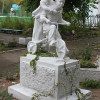 Бердянск. Скульптура на территории гимназии.
