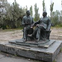 Бердянск. Памятник М.Горькому и В.Ленину.