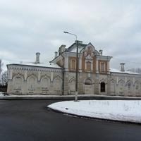 Санкт-Петербург, посёлок Володарский (Сергиево).ж/д станция, вид со стороны автобусной остановки