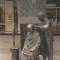 Скульптурная композиция у парикмахерской на пешеходной улице