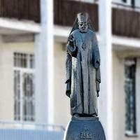 Скульптура святого Луки на территории 2 Городской больницы