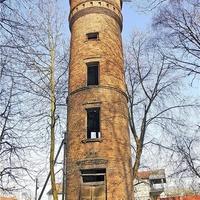 Дуже висока водонапірна башта на території курорту