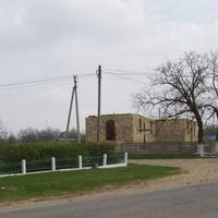 с.Новоукраинка. Памятник павшим ,строящаяся церковь.